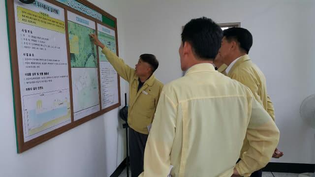 김봉태 부시장과 담당공무원이 19일 내이우수저료시설 현장을 점검하고 있다.