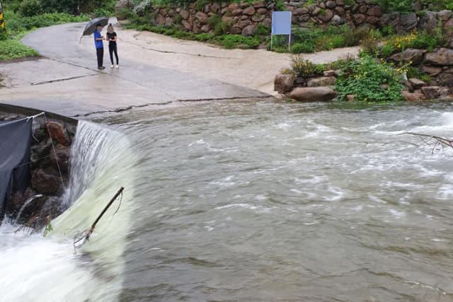 21일 오전 전남 구례군 광의면 천은사 인근 계곡에서 물이 불어 고립된 피서객 8명이 119구조대원들에 의해 구조됐다. 연합뉴스