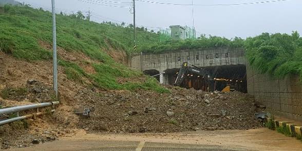 20일 제5호 태풍 '다나스' 영향으로 거제시 아양동 한 지하차도에 토사가 무너졌다./경남지방경찰청/
