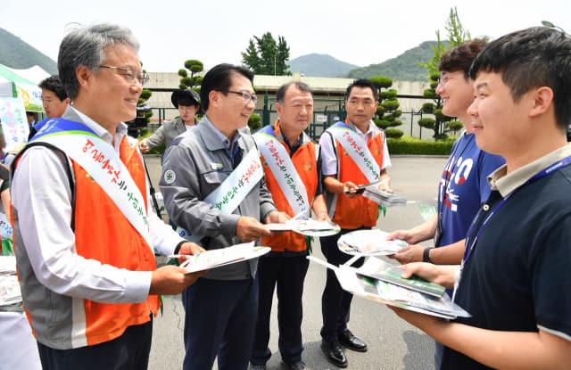 경남농협, 두산중공업, 경남팜스테이마을협의회 관계자들이 22일 두산중공업에서 '농촌에서 여름휴가 보내기 캠페인'을 하고 있다./전강용 기자/