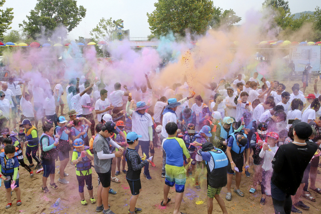 지난해 합천바캉스 축제를 찾은 방문객들이 '황강패밀리 컬러레이스'를 즐기고 있다./합천군/