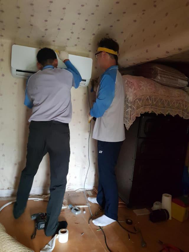 사천 선구동 지역사회보장협의체는 지난 23일 민간자원 연계를 통한 벽걸이 에어컨 설치 및 청소 봉사활동을 펼쳤다./사천시/