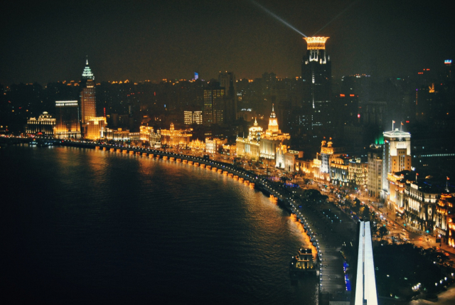 상하이 현대사의 상징적 장소인 와이탄 강변산책로의 유럽풍 건물