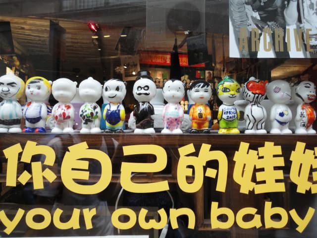 상점에 진열된 아기자기한 공예품들.