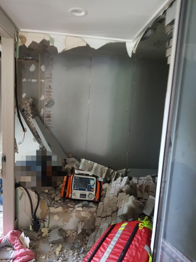 창원시 의창구 중동 한 아파트에서 내부 확장공사 중 벽이 무너졌다./창원시 소방본부/