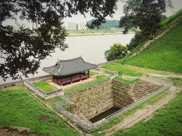 군사 목적으로 지어진 누각 '만하루'. 누각 앞엔 금강 가까이서 물을 쉽게 확보하기 위해 연못 '연지'를 지었다. 가장자리가 무너지지 않도록 돌로 층단을 쌓았다.
