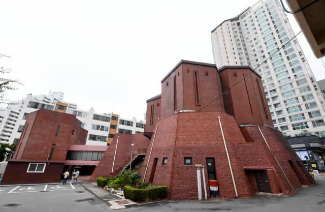 지난 1978년 지어져 노동자들과 주민들의 안식처 역할을 해온 창원시 마산회원구 '양덕성당'.