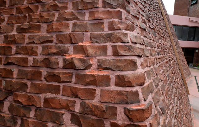 깬 벽돌로 쌓은 외벽.
