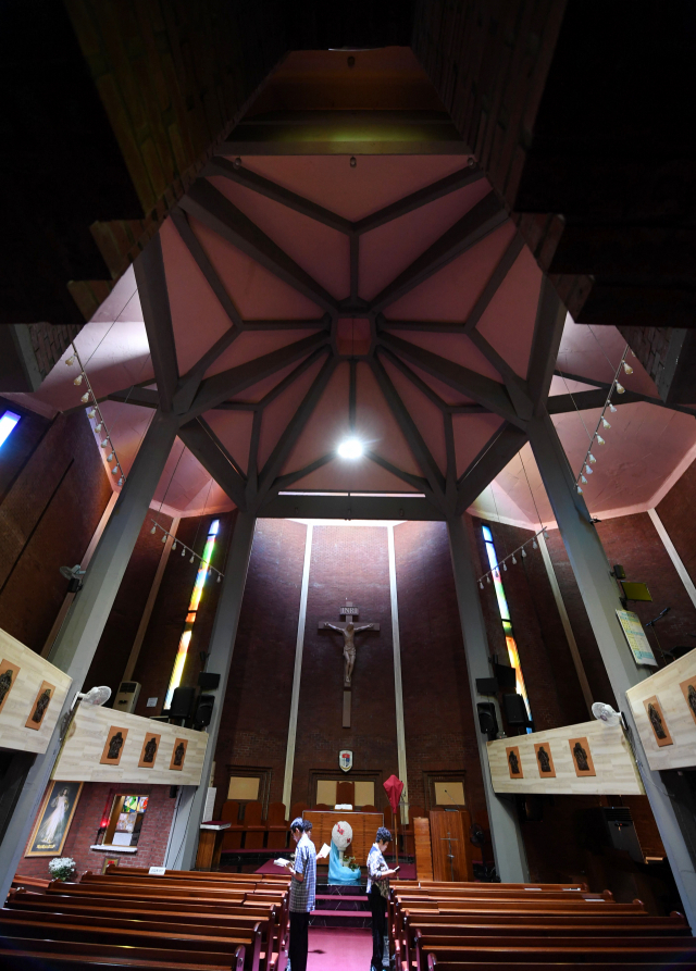 성당 내부에서 기도하는 신자들.