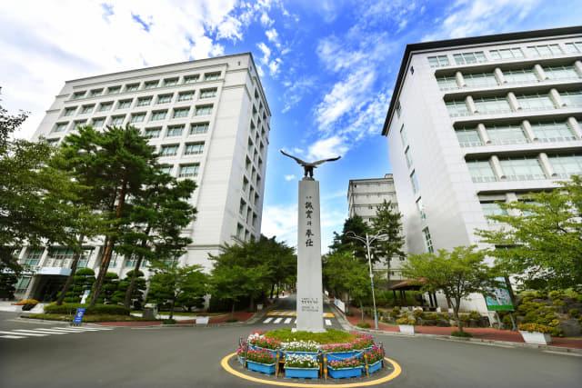창신대학교 정문 앞 로터리에 설치된 독수리탑./전강용 기자/