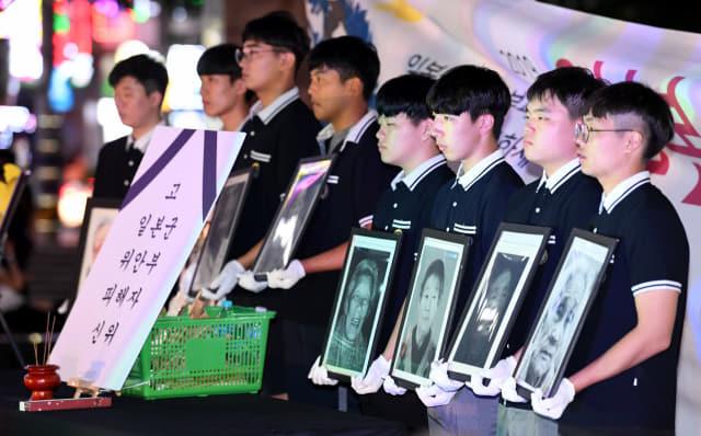 13일 창원시 성산구 상남분수광장에서 열린 2019 일본군 위안부 피해자 추모문화제에서 창원 경일고 학생들이 위안부 피해자 할머니들의 영정사진을 들고 입장하고 있다./성승건 기자/