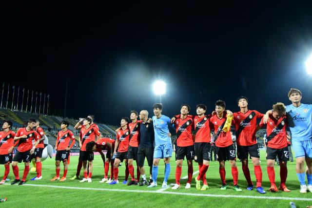 경남FC 선수들이 지난 10일 21경기 만에 승리한 후 팬들에게 인사를 하고 있다./경남FC/