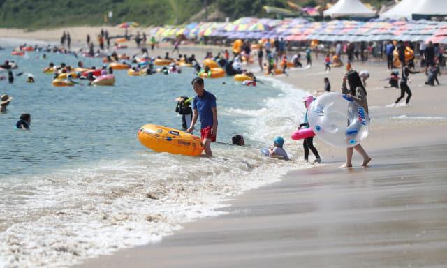 입추인 8일 오후 경남 거제시 일운면 구조라해수욕장을 찾은 시민이 휴식을 취하고 있다. 연합뉴스
