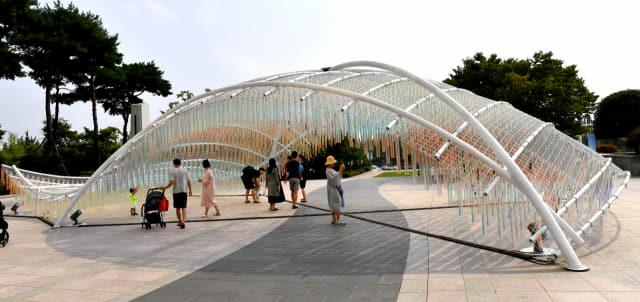 경남도립미술관이 2019년 야외프로젝트 「마당:놀_이」의 일환으로 미술관 입구 야외광장에 설치한 건축가 장수현의 작품 'Ripple·물결'./전강용 기자/
