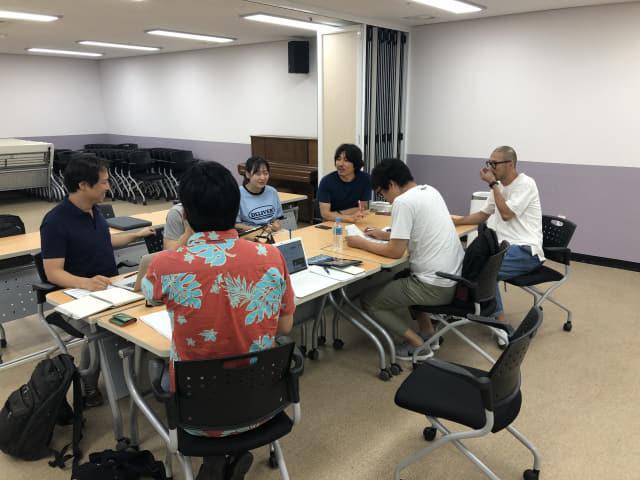 지난 14일 창원 풀무대장간에서 열린 1차 회의에서 참석자들이 이야기를 하고 있다.
