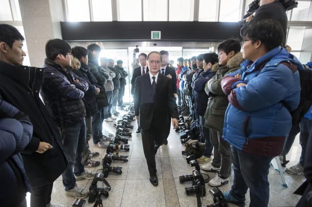 1945년 광복 이후 한일 양국이 맺은 첫 군사협정인 '한일군사정보보호협정'(GSOMIA·지소미아)이 결국 2년 9개월여 만에 역사 속으로 사라지게 됐다. 사진은 지난 2016년 11월 23일 서울 용산구 국방부에서 한일정보보호협정에 서명하기 위해 입장하는 나가미네 야스마사(長嶺安政) 주한 일본대사 주위로 사진기자들이 카메라를 내려놓고 취재거부를 하고 있는 모습. 연합뉴스
