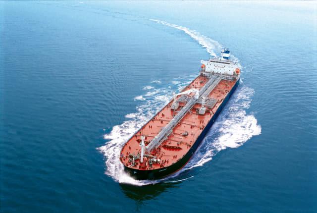 STX조선해양에서 건조한 중형 석유화학제품운반선./STX조선해양/