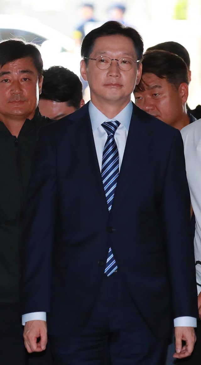 드루킹 댓글조작 사건에 관여한 의혹으로 재판을 받고 있는 김경수 경남도지사가 22일 오후 서울 서초구 서울고등법원에서 열린 항소심 속행공판에 출석하고 있다. 연합뉴스