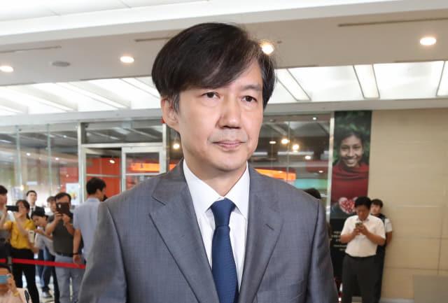조국 법무부 장관 후보자가 23일 오후 인사청문회 준비 사무실이 마련된 서울 종로구 적선현대빌딩에서
