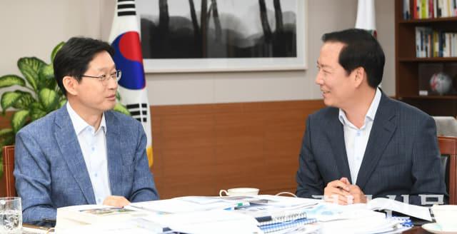 구인모 군수 김경수 지사 만나 지역현안 사항에 대해 건의하고 있다(제공=거창군)