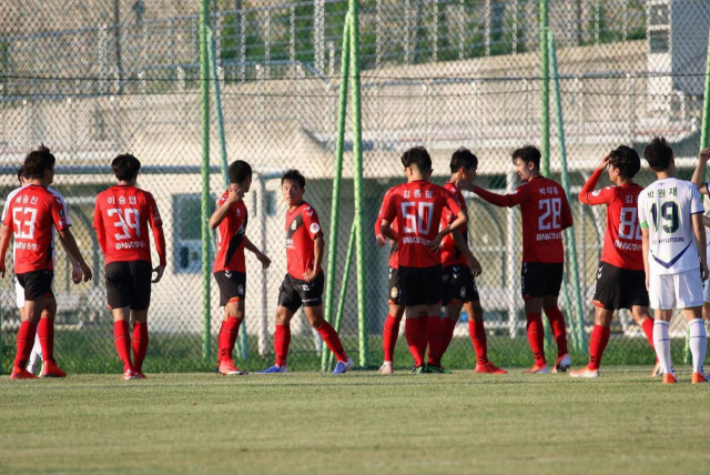 경남FC 2군 선수들이 지난 8월 1일 창원축구센터에서 전북현대와 경기를 하고 있다. 경남은 이날 5-0으로 승리했다./경남FC/
