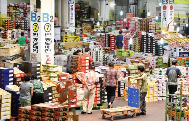 추석 명절을 앞둔 9일 창원시 의창구 팔룡동 농산물공판장에서 고객들이 다양한 제수용 과일을 살펴보고 있다./전강용 기자/