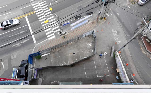 10일 창원시 의창구 동읍 한 상가 주차장 부지에 설치된 철제 울타리로 인해 이용객들이 불편을 겪고 있다./성승건 기자/