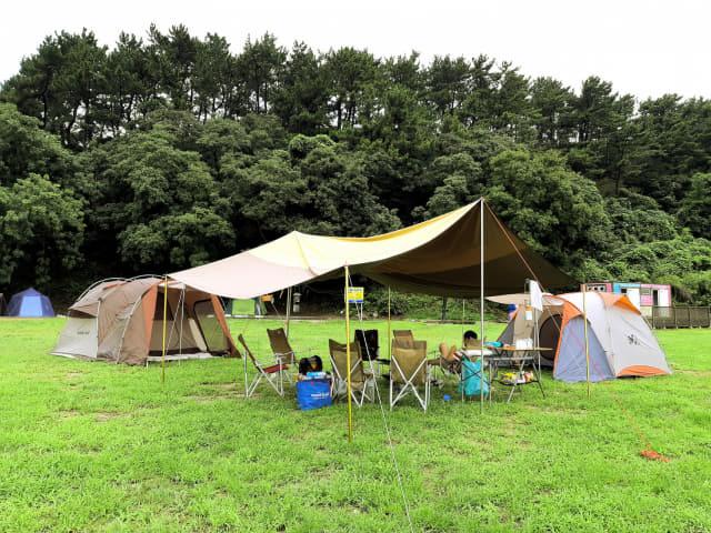 소쿠리섬을 찾은 관광객이 텐트에서 휴식을 취하고 있다.