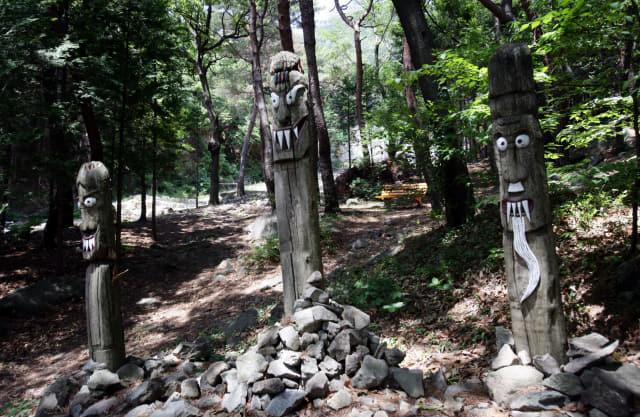 장복산 편백나무 숲 입구에 있는 장승.