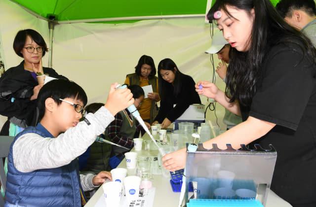 지난해 창원시 진해구 진해루 일대에서 열린 제10회 환경수도 창원 그린엑스포에서 아이들이 부스에서 DNA 추출실험 체험을 하고 있다./경남신문DB/
