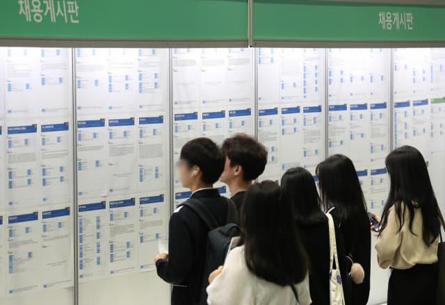 10일 오전 서울 강남구 코엑스에서 열린 2019 물류산업 청년 채용박람회에서 구직자들이 채용게시판을 살펴보고 있다. 연합뉴스