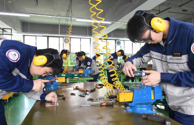 항공산업과 학생들이 항공기조립 기술교육실에서 실습하고 있다.