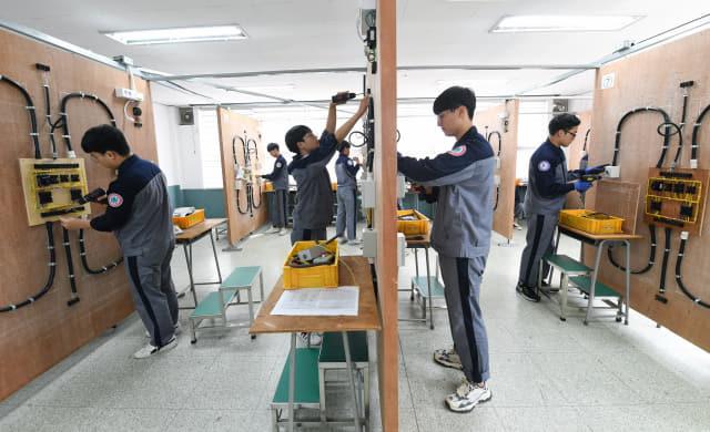 항공전기과 학생들이 내선공사 실습을 하고 있다.
