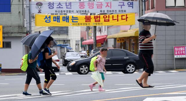 학생들이 지난 11일 오전 창원시 마산합포구 서성동 성매매 집결지 앞 횡단보도를 건너고 있다./김승권 기자/