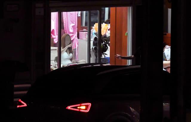 지난 11일 밤 창원시 서성동 성매매 집결지에 승용차가 다가오자 한 성매매 여성과 업주가 호객 행위를 하고 있다./김승권 기자/