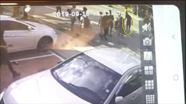 사고 직후 차에서 내려 피해자를 살펴보고 있는 뺑소니범(원 안)./경남지방경찰청/