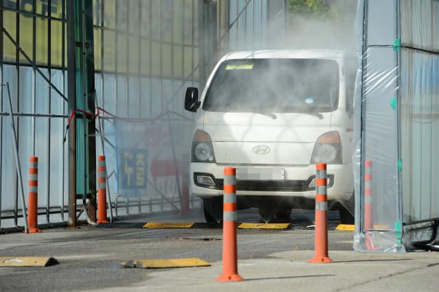 20일 충남 홍성 홍주종합경기장의 거점소독시설에서 아프리카돼지열병(ASF) 확산을 막기 위한 차량 소독이 진행되고 있다. 연합뉴스