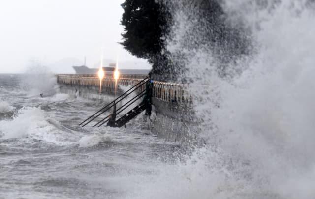 제17호 태풍 '타파'가 북상 중이던 22일 오후 창원시 마산합포구 구산면 한 해안도로 위로 파도가 치고 있다./성승건 기자/