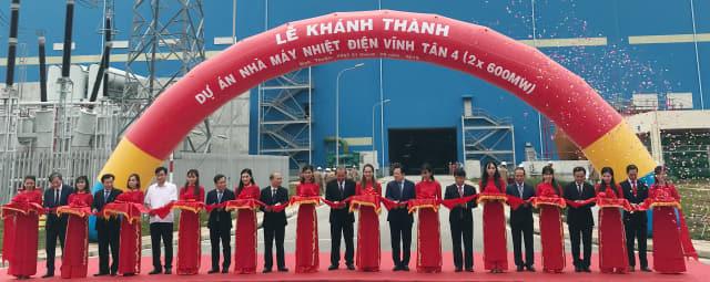 지난 21일 베트남 빈투안성에서 열린 두산중공업 '빈탄4' 화력발전소 준공식에서 박인원 두산중공업 부사장 등 주요 관계자들이 기념촬영을 하고 있다./두산중공업/