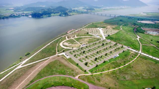 낙동강변 강나루오토캠핑장.