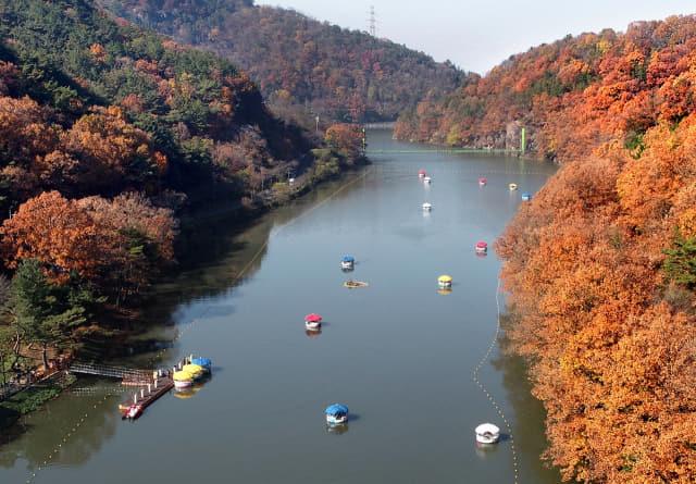 함안 입곡군립공원 무빙보트와 가을단풍.
