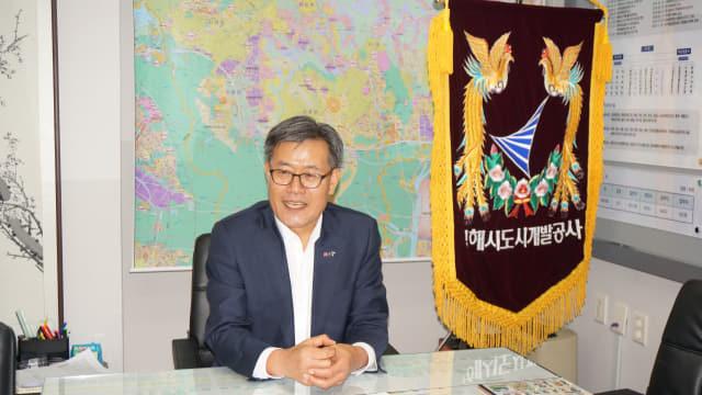 장선근 김해시도시개발공사 사장이 지난 8일 자신의 사무실에서 경영 목표와 비전을 밝히고 있다.