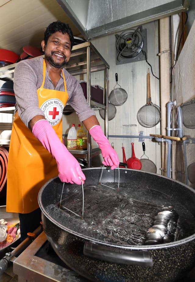 김해시 첫 외국인 자원봉사왕에 등극한 스리랑카 출신 비얀트씨가 노인종합복지회관 내 무료급식소에서 자원봉사를 하고 있다./성승건 기자/