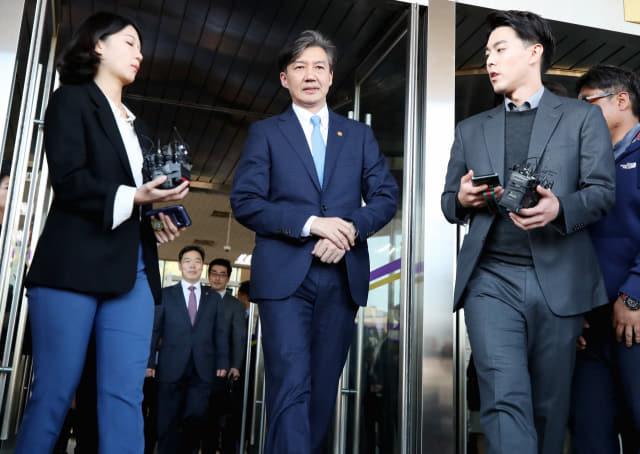 전격적으로 사의를 밝힌 조국 법무부 장관이 14일 오후 과천 법무부 청사를 나오고 있다. 연합뉴스