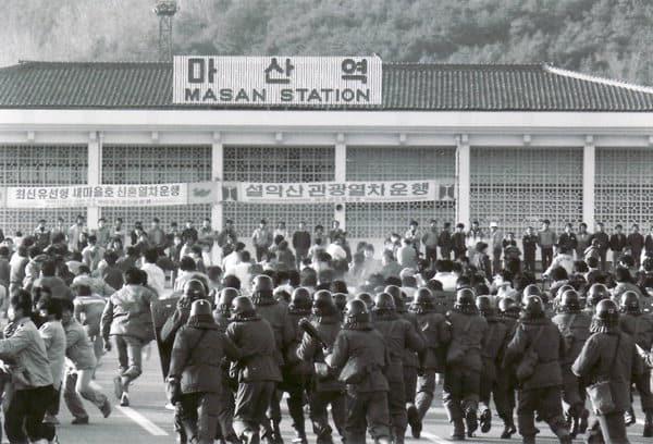 시민들이 마산역에서 진압대에 맞서 시위를 하고 있다. /부마민주항쟁기념재단/