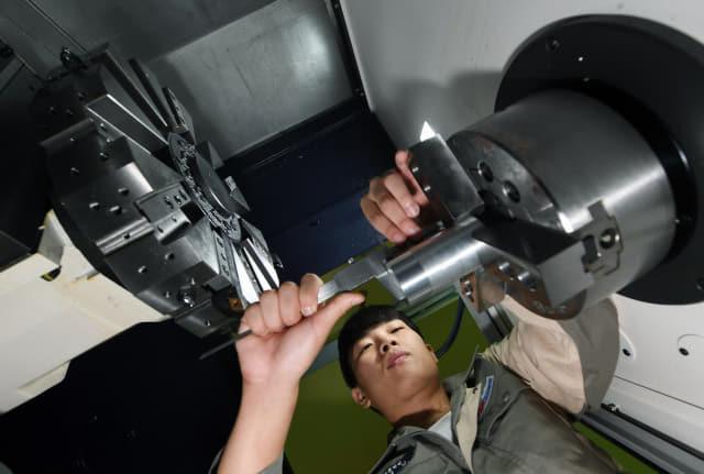 기계과 컴퓨터활용생산실에서 윤희성 학생이 CNC선반 영점 조정 실습을 하고 있다.