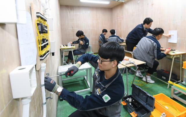 전기과 2학년 학생들이 박종윤 교사의 지도에 따라 내선공사 실습을 하고 있다.