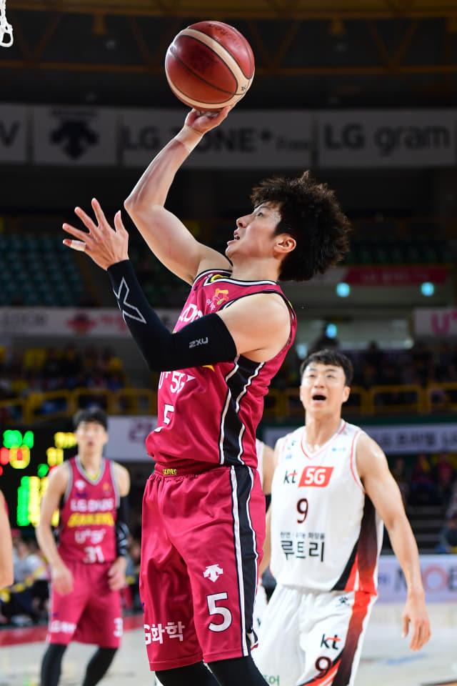창원 LG 김시래가 19일 창원체육관에서 열린 부산 KT와의 경기에서 슛을 하고 있다./KBL/