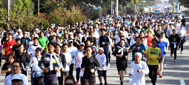 창원을 사랑하는 시민연합이 개최한 '창원사랑 한마음갖기 제21회 시민건강달리기대회'가 20일 오전 창원시청 앞에서 교육단지를 돌아오는 8㎞ 구간에서 열렸다. 이날 대회 참가한 3500여 명의 시민들이 중앙대로를 힘차게 달리고 있다./전강용 기자/