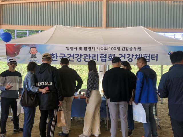 한국건강관리협회 경남지부는 21일 진주에 위치한 공군교육사령부를 방문해 입소 장병들을 대상으로 금연캠페인을 했다./건협 도지부/